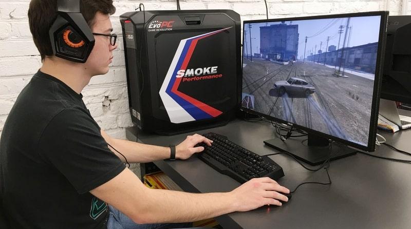 Подросток играет в игру на компьютере
