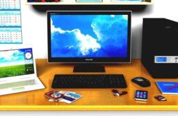 Настольный компьютер и ноутбук на столе